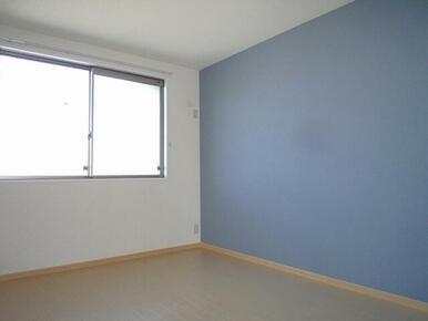 北側の洋室です。一面だけ色の付いたアクセントクロスを使用しおしゃれ感を演出しています。