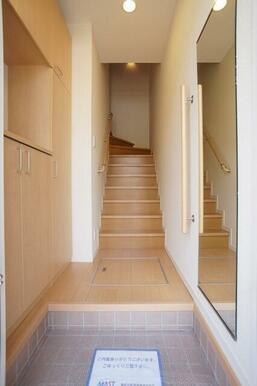 玄関ホールには大型玄関収納、お出かけ前の身だしなみチェックに便利な全身ミラーが付いてます。