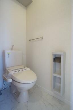 暖房洗浄便座付トイレです。上部に収納棚も付いてます。