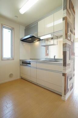 換気窓のある明るいキッチンはシステムキッチン(3口IH&グリル)が付いてます。