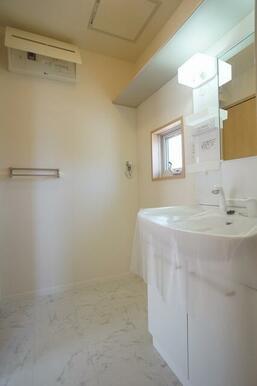 換気窓のある明るい洗面所には、忙しい朝の準備に便利なシャンプードレッサーが付いてます。上部に収納棚も