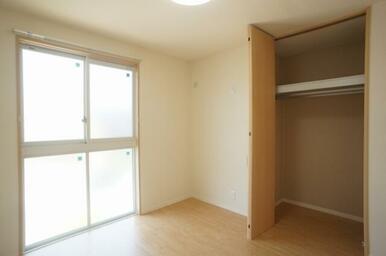 LED照明、クローゼット(収納棚、ハンガーパイプ付)付の洋室です。