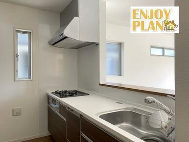 調理がはかどるワイドカウンター、浄水機能付のシャワー水栓