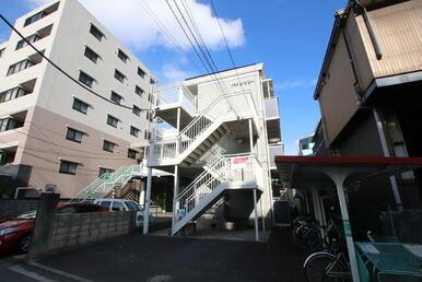 イオン駒岡店の目の前、バス停も近くにあります