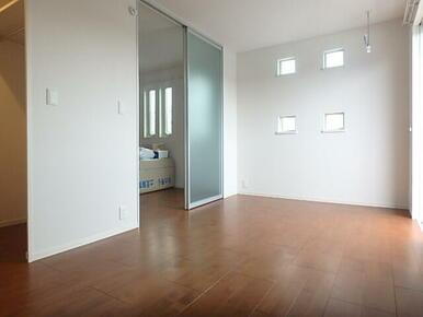 洋室7.2帖  角部屋の為明り取りの小窓があります