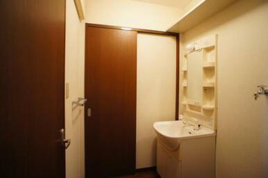 脱衣洗面所には独立洗面化粧台を装備しています。