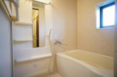 お風呂は追いだき式です◆換気にも便利な窓があります。