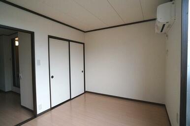 【洋室】洋室の窓から撮影しました。収納スペースもご用意しています!