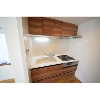 コンパクトながら収納を備えたキッチン。