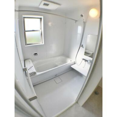 (浴室) ゆったりと足が伸ばせる1.0坪のユニットバス!浴室乾燥機付で雨の日のお洗濯も安心。