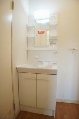 (2021年9月)退室工事において洗面台を「シャワー付洗面化粧台」へ交換いたしました!