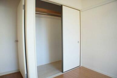角部屋になる洋室[5.4帖]の押入も(2021年9月)中段を取払いコートも掛けられる「クローゼット」