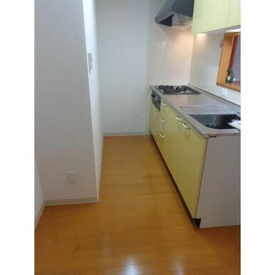 キッチンスペースに奥行あり、冷蔵庫と食器棚が両方置ける造りになっています★