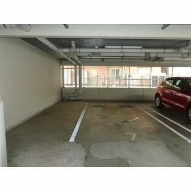 屋根付き駐車場です♪7番が今空いており、月額12000円です。角の場所、かつ白線の内側で2.4m×4mあるのでフ