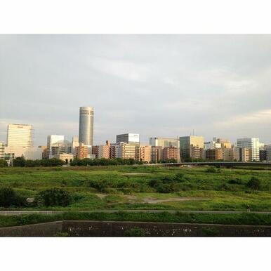新横浜すぐなので、眺望良好です。川沿いはランニングコースにもなっています★サイクリングやお子様とのお