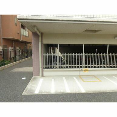 バイク置き場。月額2000円でバイクもおけちゃいます♪ここも屋根あります!