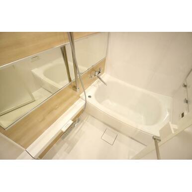 ゆったりと浸かれる浴室