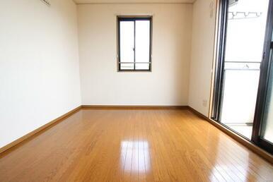 2階 6帖・2面採光の洋室