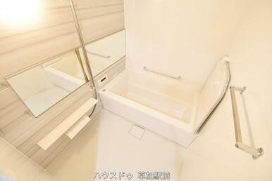 新規交換済みの浴室です♪浴室には手すりがあるので、入浴し易くなっております!