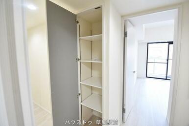 廊下にも収納スペースがございます!
