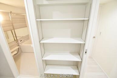 洗面所には収納スペースがあるので、日々使うものやストック品まで様々に収納出来ますね♪