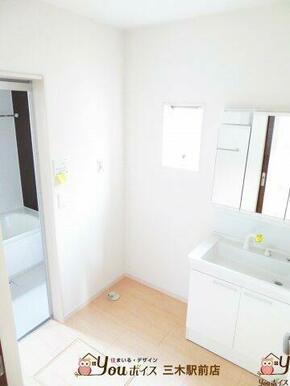 3面鏡で使い勝手が良く、収納スペースも豊富な洗面化粧台♪