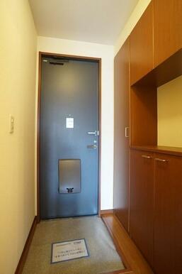 大型のシューズクロークが設置されています。内部は稼働棚式で高さ調整が可能です。