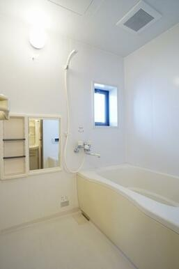 浴室にも小さな窓を設置しております。こまめな換気を。