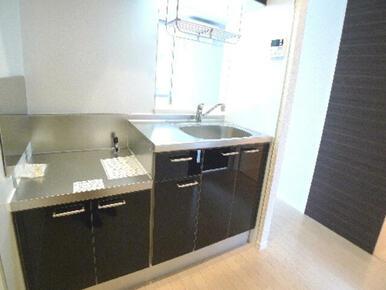 吊戸には水切り棚を設置しております♪洗った食器は水切り棚に置く事で、シンク周りやワークトップの省スペ
