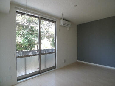 窓の前には天井吊り下げの室内物干しを設置しております♪長さの調節ができ、使わない時は取り外す事も可能