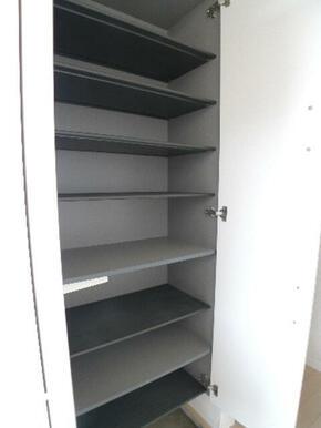 玄関には上下にセパレートした【シューズボックス】があります♪シューズボックスの棚は取り外し可能ですの