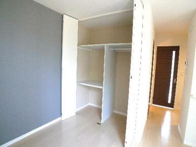 洋室の収納は2段棚の収納とハンガーを掛けられる収納の2タイプ併用です♪衣装ケースやお布団、衣類をハン