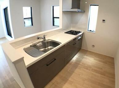 【キッチン同仕様写真】 食器洗い乾燥機標準装備の最新オープンキッチン!※色味が異なります