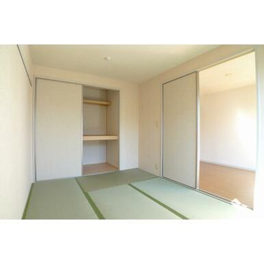 5.4帖の和室になります♪収納が一カ所付いており、奥行きがある為衣装ケース、掃除用品を収納できます♪