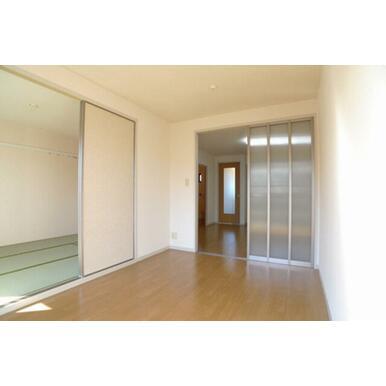 5.4帖の洋室です♪和室、ダイニングと繋がっており帖数以上の開放感があります♪