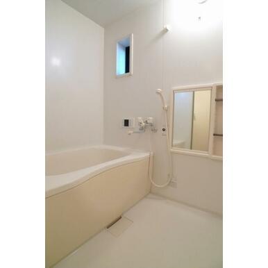 浴室は白を基調としており清潔感がある印象です♪小窓も付いており、開放感がございます!