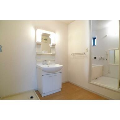 洗面所には忙しい朝の味方、独立洗面化粧台付き♪洗濯機置き場のスペースもございます!