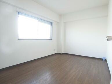 洋室6帖。窓もあり明るい空間です