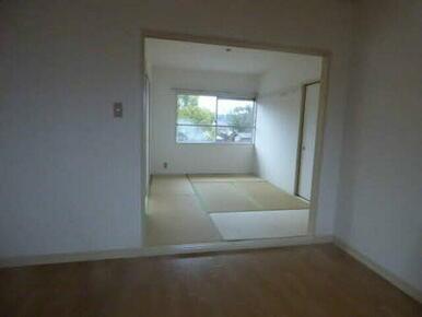 大きな窓から差し込む陽の光と、畳の香りで癒される空間です♪