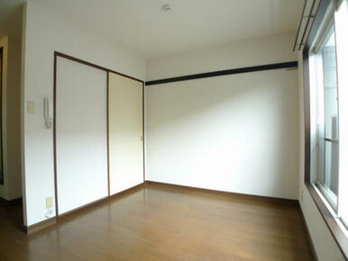 洋室☆奥の壁面に化粧幕板あり、奥が収納の戸です