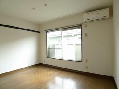 南向きで明るい洋室☆エアコン付き、床はフローリング仕上げです