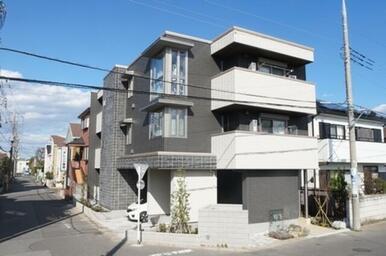 元荒川沿いに建つ3階建てマンション 計5世帯