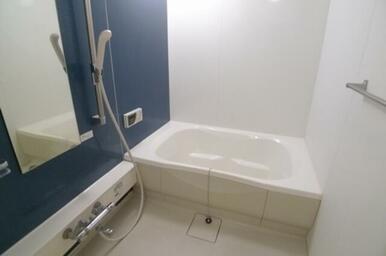 アクセントウォールが印象的なバスルームです★ シャワーはスライドバーとなりです☆