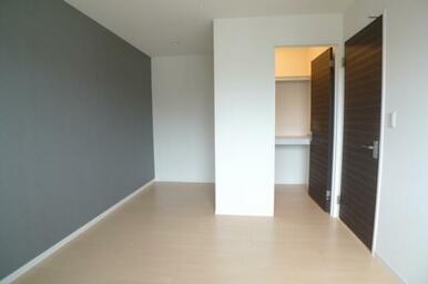 アクセントクロスが印象的な洋室は7.8帖のスペースとなります★ ウォークインクローゼットをご用意して