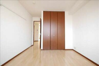 白を基調とした清潔感のあるお部屋になっております♪用途に合わせて使える収納あり!