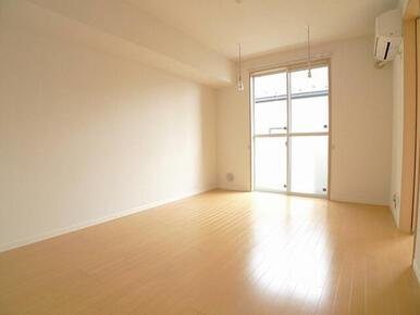 リビングには室内物干も付いているので、雨の日も室内干しができます。