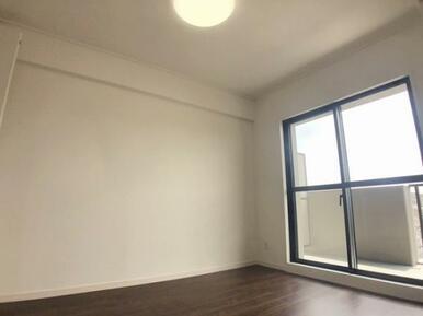 南側洋室(バルコニーのある日当たりのいいお部屋です)