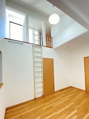 天井が高い2階約7.6帖洋室