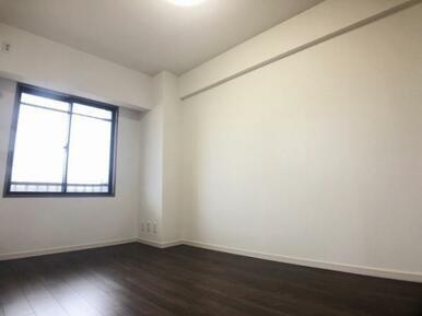 東側洋室(便利なクローゼット付きです)