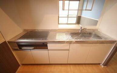 対面キッチンなのでTVを見ながらお料理が出来ます☆IH3口コンロを搭載♪火を使わないので安心☆毎日の
